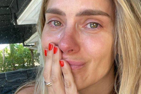 Carolina Dieckmann chorando por causa de Camila, sua personagem que raspa o cabelo em Laços de Família