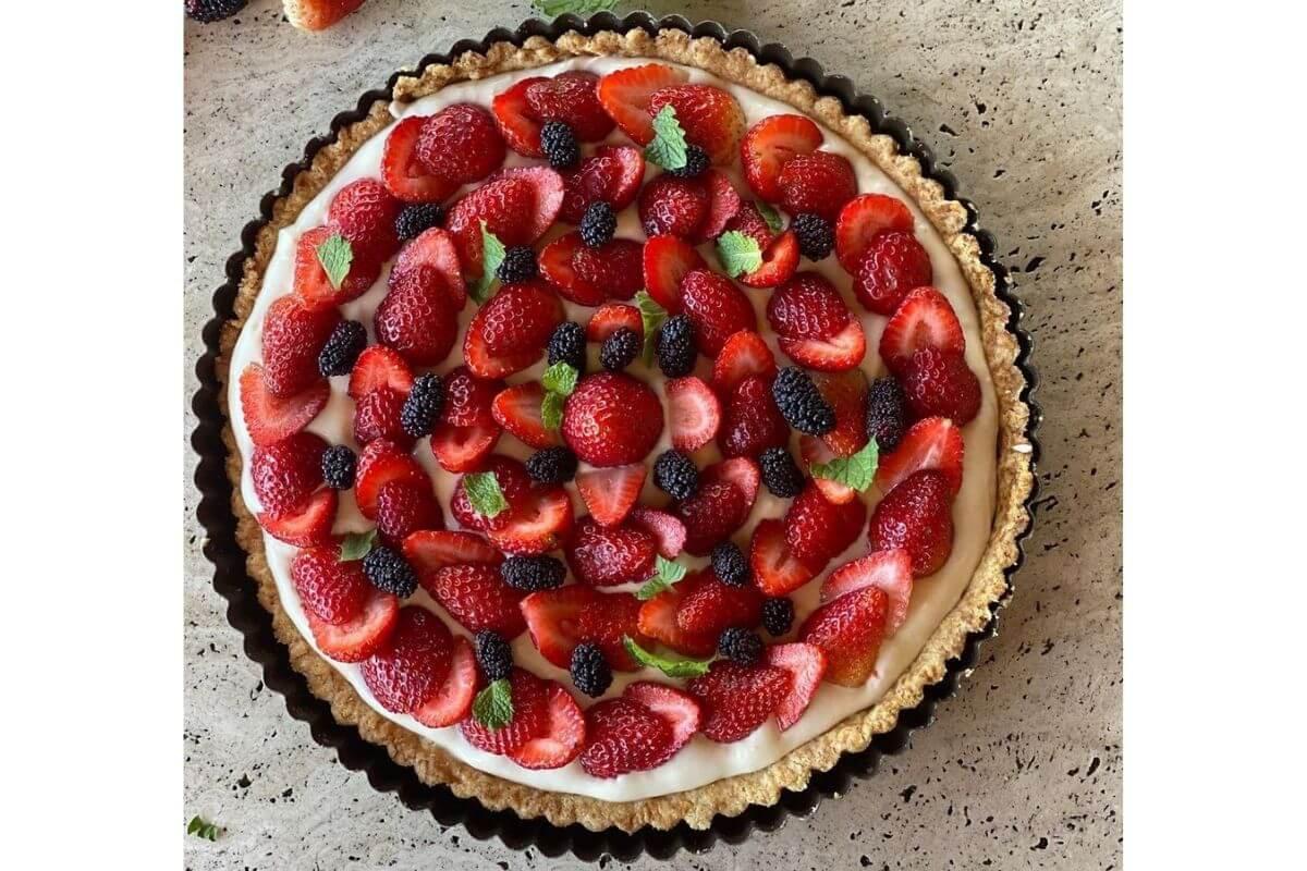 Torta de amora e morangos silvestres