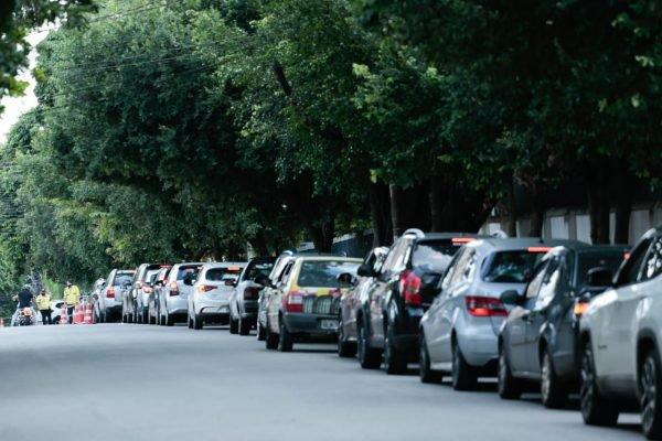 Fila de carros na porta do local de vacinação em Goiânia (GO)