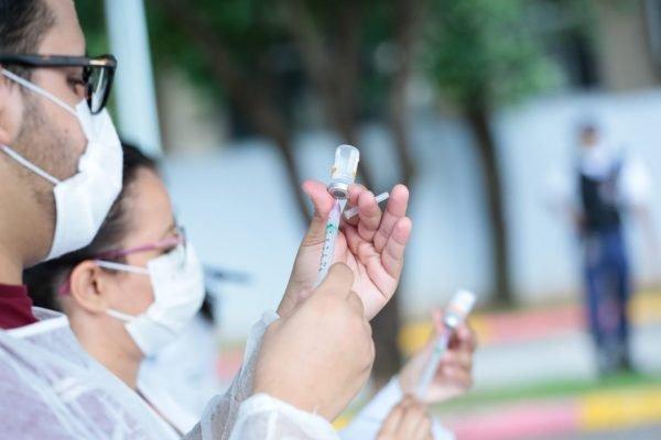 Enfermeira preparam vacina para aplicar em idosos, em goiânia
