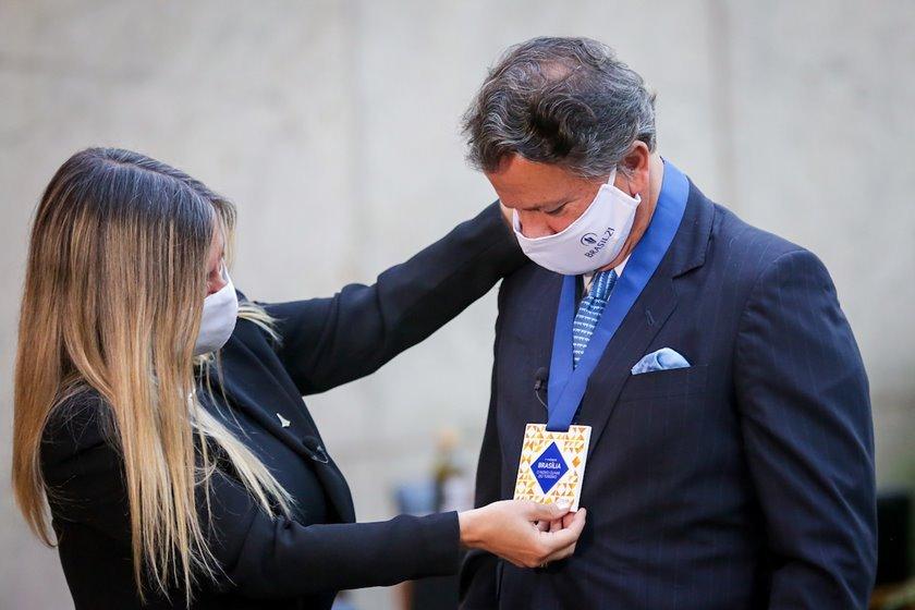 Fabiano Cunha Campos recebe prêmio da Secretária de Turismo de Brasília, Vanessa Mendonça