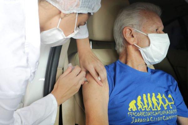 Início da vacinação de idosos acima de 85 anos contra o coronavírus no Estádio do Pacaembu na Praça Charles Miller, zona oeste de São Paulo, na manhã desta quinta-feira (11)