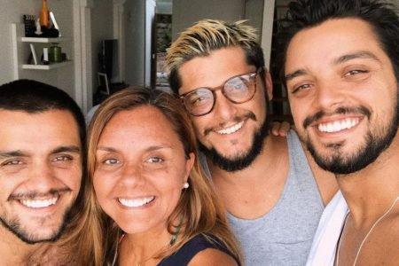 Bruno Gissoni, Rodrigo Simas e Felipe Simas com a mãe, Ana Sang
