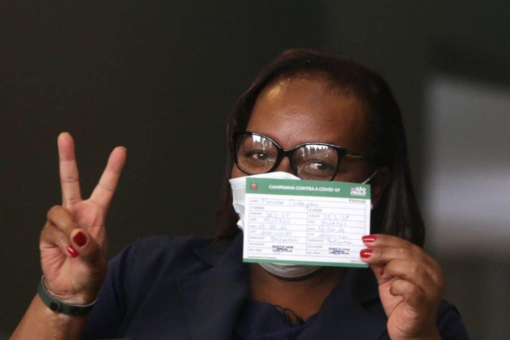 Enfermeira Monica Calazans recebe segunda dose da Coronavac em São Paulo