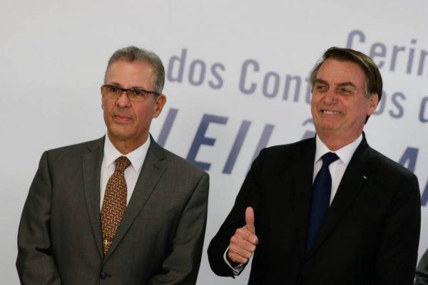 O ministro Bento Albuquerque e o presidente Jair Bolsonaro