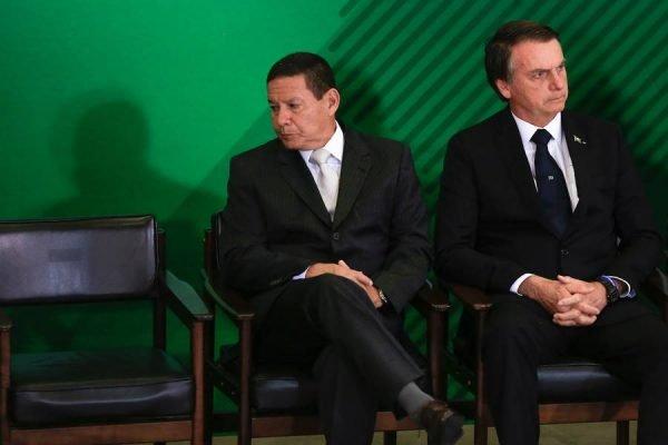 Vice-presidente Hamilton Mourão ao lado do presidente Jair Bolsonaro