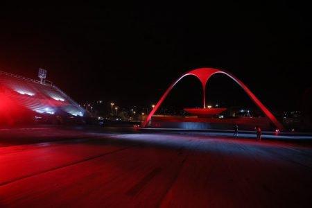 Iluminação no Sambódromo do Rio presta homenagem a vítimas da Covid-19