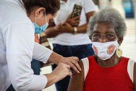 Primeira porta bandeira da Viradouro, Edna Maria Pereira, de 86 anos, recebe a vacina contra a Covid-19