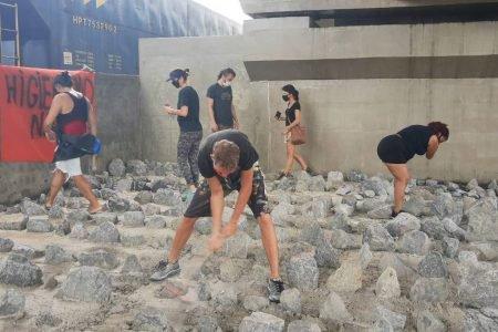 Ativistas Santos marretaço viaduto pedras