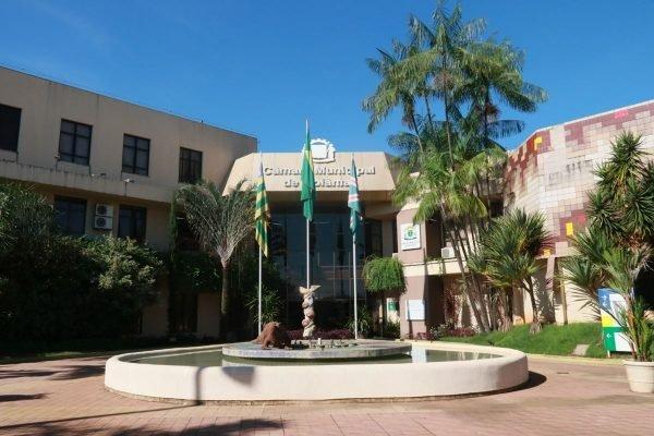 Imagem da entrada da Câmara de Vereadores de Goiânia