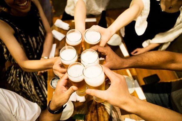 brinde com copos de cerveja