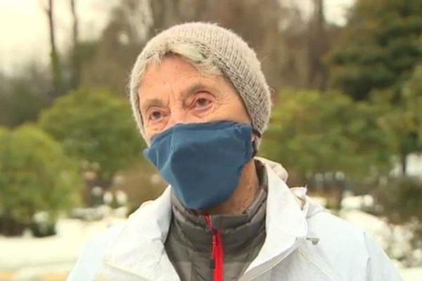 idosa de máscara na neve