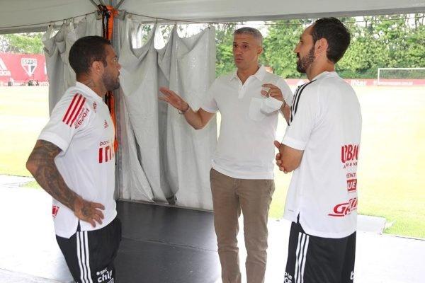 Hernán Crespo conversa com Daniel Alves e Juanfran no São Paulo