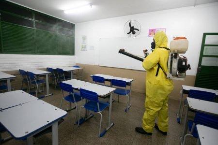 Sala de aula é higienizada contra Covid-19 no DF
