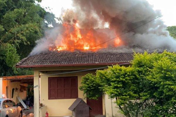 Homem ateia fogo em uma casa com seis pessoas