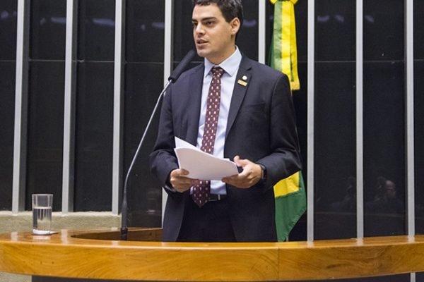 deputado federal Tiago Mitraud na tribuna da Câmara dos Deputados