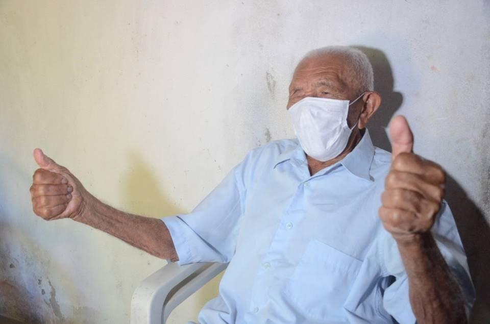 Idoso de 112 anos é vacinado contra a Covid-19 em Natal