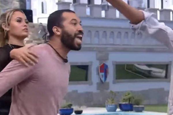Gilberto gritando com Pocah enquanto Sarah segura ele