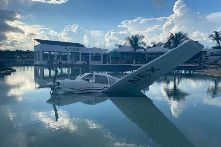 avião cai em piscina