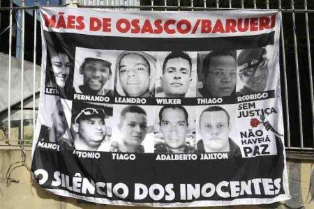 Familiares das vítimas da chacina de Osasco fazem uma vigília e pedem justiça