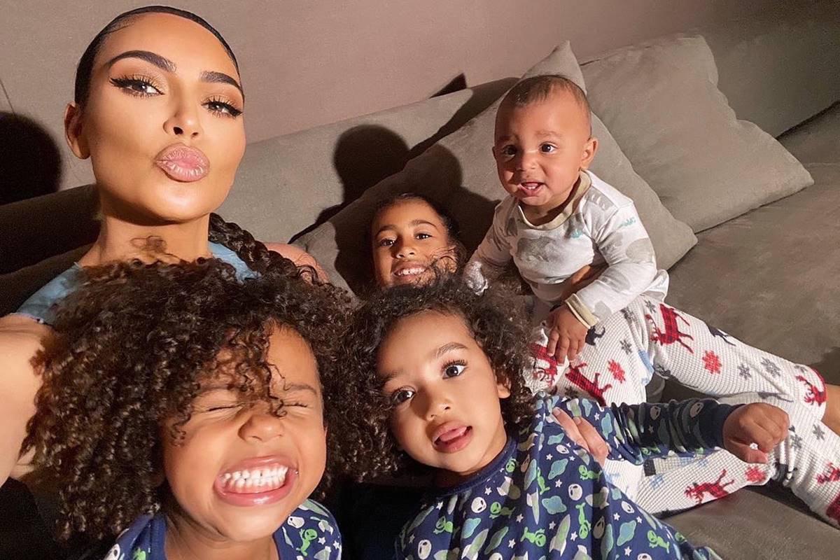 Kim Kardashian com os filhos