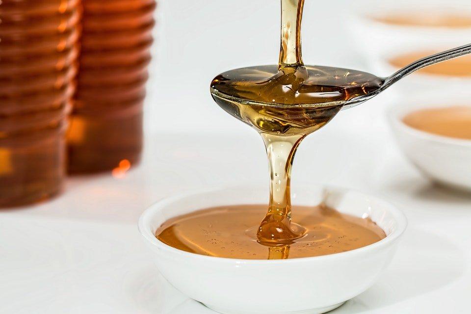 mel em recipiente branco