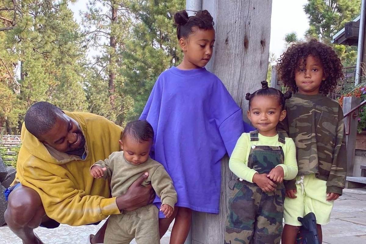 Kanye West com os filhos