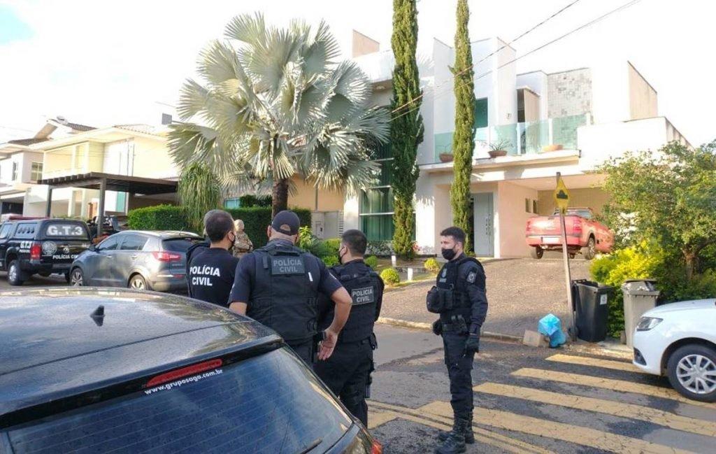 Policiais fazem operação contra sonegação fiscal em condomínio de luxo em Goiânia
