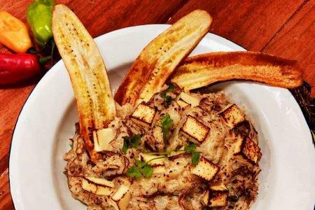 Arroz cremoso com carne de sol curada da casa, coalho maçaricado e chips de banana