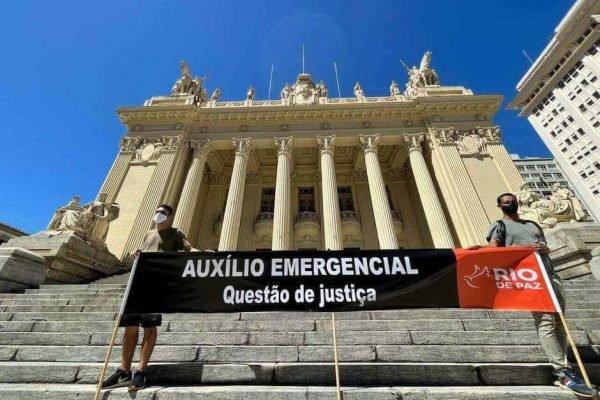 ONG Rio de Paz coloca faixa na Alerj em apoio ao auxílio emergencial