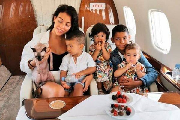 Gato de Cristiano Ronaldo com a família no jatinho