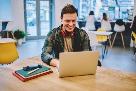 estudante branco usando um computador