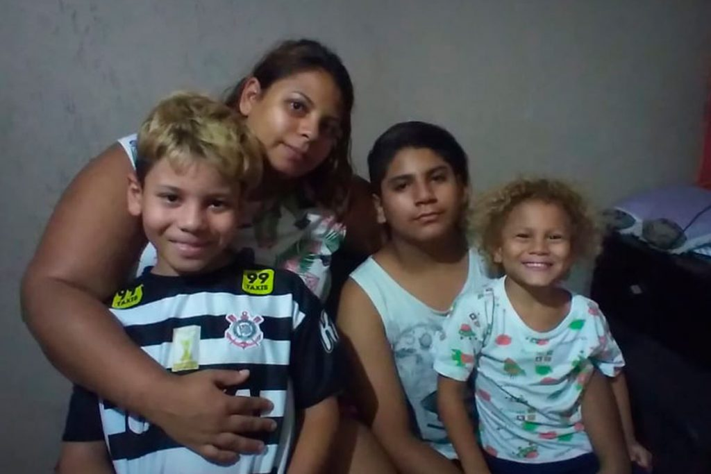 Cristiane e os filhos Yan, Diego e Cristian