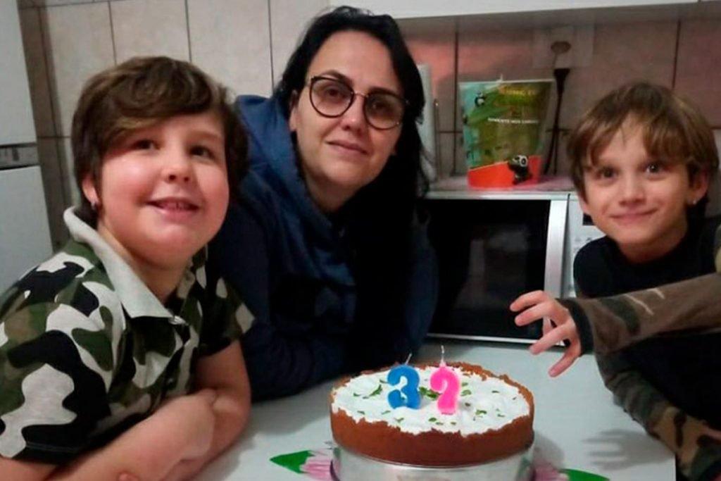 Caroline e os filhos Arthur e Miguel