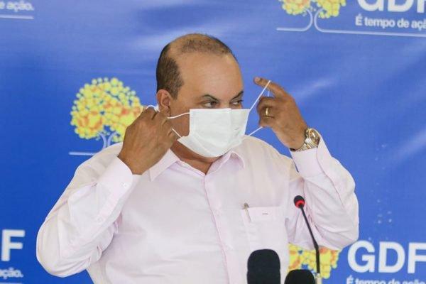 Ibaneis colocando máscara