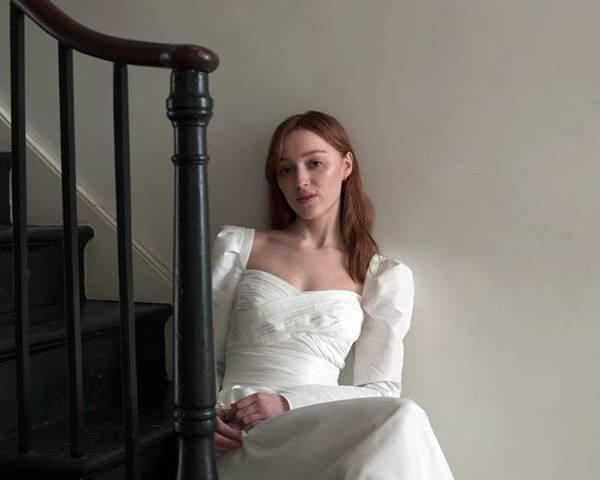 Phoebe Dynevor para FW21 da Self-Portrait