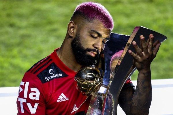 Gabigol e troféu de campeão do Brasileirão 2020