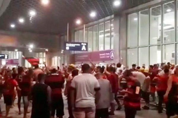 Torcedores do Flamengo Galeão aguardam chegada do time campeão brasileiro 2020