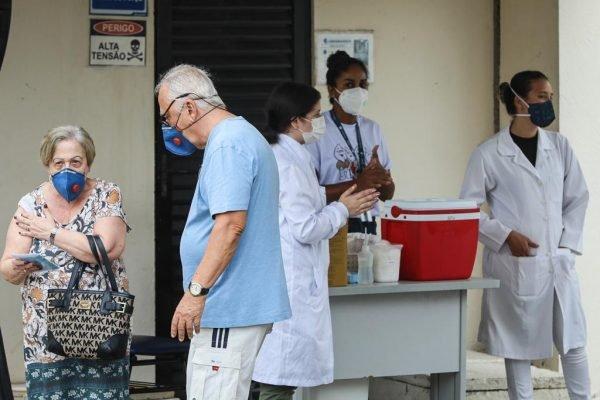 Vacinação de idosos na cidade do Rio de Janeiro