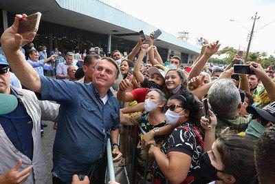 Presidente da República Jair Bolsonaro, recebe os cumprimentos de populares durante chegada à cidade de Fortaleza.