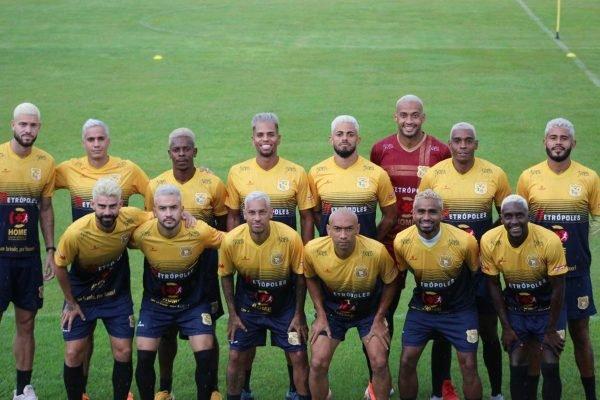 Jogadores do Brasiliense com o cabelo platinado após título da Copa Verde