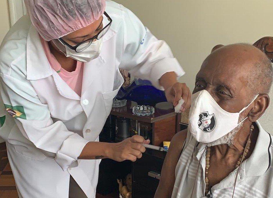 Nelson Sargento, da Mangueira, com 96 anos, recebe sua segunda dose
