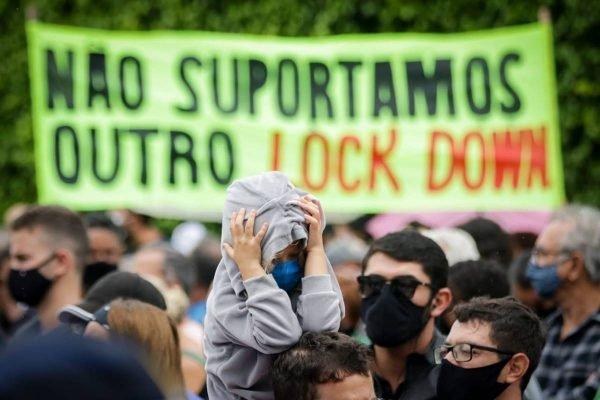 Protesto em frente à casa de Ibaneis Rocha contra lockdown