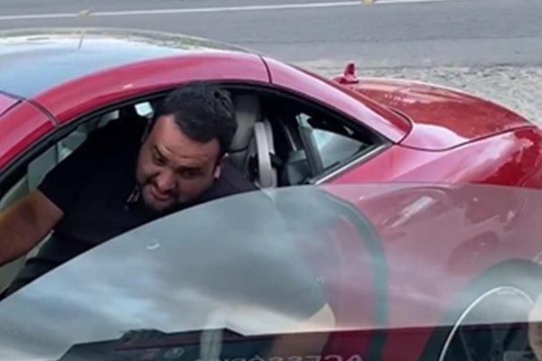 Diego Alexandre em carro de luxo