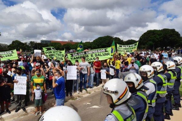 Manifestação contra o lockdown na frente do Palácio do Buriti
