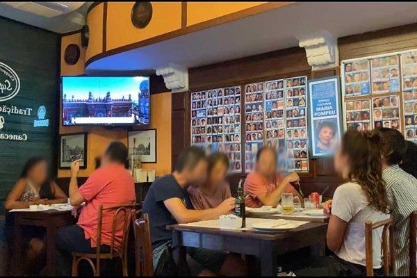 PMs foram flagrados fazendo refeições no local, descumprindo decreto estadual