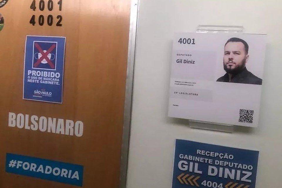 Porta do gabinete do deputado estadual Gil Diniz