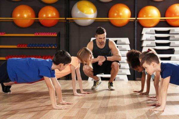 pessoas fazendo exercício físico na academia