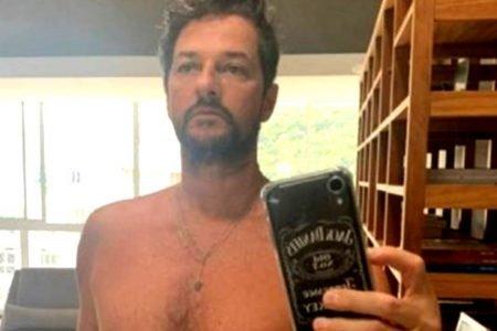 Marcelo Serrado posando sem camisa em frente ao espelho