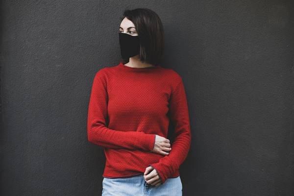 Pessoa com máscara